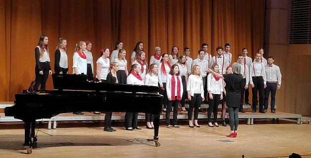 Výkon sboru Armonia ze ZUŠ Rokycany jim vynesl absolutní prvenství. Veliká gratulace, naši zpěváci za sebou nechali deset jiných favoritů zdalších krajů republiky.