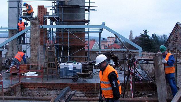 Teprve při výstupu na střechu ZŠ  v ulici Míru je vidět její členitost i kolik toho  musí  dělníci v rámci přestavby objektu vyměnit a dostavět. V týdnu pracovali též na vyzdívání  komínů.