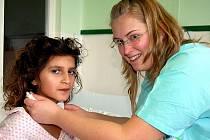 Na dětském oddělení rokycanské nemocnice zůstalo na Štědrý den pět malých pacientů. Byla mezi nimi Klaudie Lučková (vlevo), kterou trápil kašel a bolesti v krku.  Ošetřovala ji i Barbora Cajthamlová.