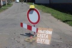 Vypadá to, že oprava silnice do Březiny se protáhne.