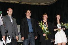 MICHAL PYTLÍK (druhý zprava) obsadil v anketě o nejlepšího kuželkáře sezony vynikající druhé místo mezi juniory. Vedle něho je stříbrná mezi děvčaty Natálie Topičová z Valašského Meziříčí a úplně vlevo předseda SKK Rokycany David Wohlmuth.