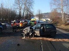 Kolize dvou osobních automobilů si vyžádala zranění dvou lidí.