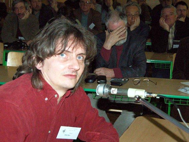 Tělocvična devítiletky TGM v okresním městě byla dějištěm semináře majitelů amatérských dalekohledů.  Přednášku na téma astro video–technika měl v sobotu na povel Marek Pecka.