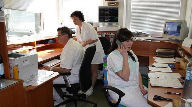 Na Jednotce inzenzivní péče právě sloužil doktor Pavel Šrail a zdravotní  sestra Nina Kriegerbecková (uprostřed). Podrobnosti s nimi domlouvala vrchní sestra Pavlína Matějková.