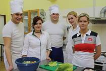 Studenti gastronomického oboru odstartovali praktické maturity na SŠ Jeřabinová v Rokycanech.