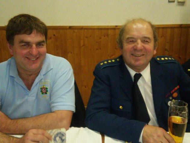 NA FUNGOVÁNÍ SBORU dobrovolných hasičů v Příkosicích se významně podílí také velitel Josef Vyskočil (vlevo) a starosta SDH Jiří Kasl.