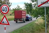Jen málokdo z motoristů na silnici z Rokycan do Oseka dodrží  omezení rychlosti na čtyřicítku. Důvodem opatření jsou prý kamínky na krajnicích.