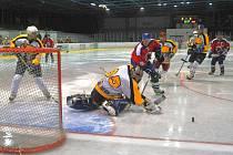 Na rokycanském ledě se prosadili hokejisté SKP. Porazili ve střetnutí krajské ligy bojovný Božkov 4:3. O vyrovnávací gól (ze stavu 2:3) se pokoušel ve 41. minutě domácí Aleš Beran (20). Gólman Hála však měl situaci pod kontrolou.