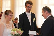 Netradiční páteční termín si zvolily dva novomanželské páry. Vybraly si k tomu obřadní síň rokycanské radnice.