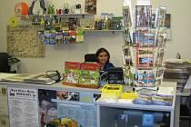 Dáša Lehmannová (na snímku) se svojí kolegyní Martinou Čermákovou, pracovnice rokycanského infocentra, zaznamenaly letos méně návštěvníků, které by zajímaly pouze turistické informace. Lidé žádají v centru zejména úřednické služby.