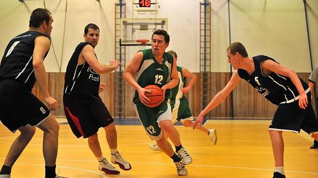 Na domácí palubovce haly v Jiráskově ulici se opět představili basketbalisté SKB Rokycany. O premiéru se postarala záloha mužů, která hostila v krajském přeboru Plzeňany.