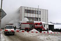 Navzdory haldám sněhu v okolí se ve čtvrtek po poledni zapotili hasiči u nákupního střediska v centru Zbiroha. Hořel přístavek, v němž je prodejna a sklad zeleniny. Sousedící plynová kotelna byla včas odpojena, takže situaci nezhoršil výbuch.