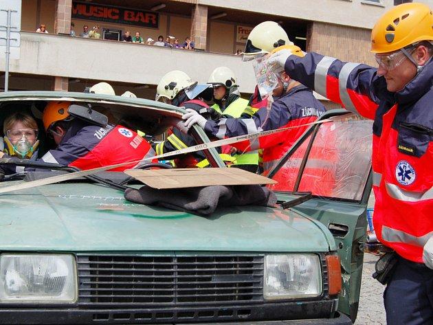 Hasiči a záchranáři z téměř celé republiky zachraňovali účastníky dopravních nehod v rámci memoriálu Jindřicha Šmauze, který se uskutečnil na rokycanském náměstí.