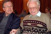 Za letopočtem 2007 se ohlédli v sále sokolovny členové Klubu vojenských důchodců z Rokycan. Některé akce si při listování kronikou připomněli Bohumil Kutina a Štefan Géc (zleva).