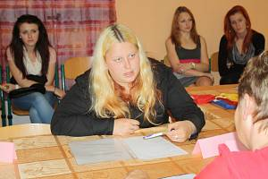 ÚSTNÍ MATURITNÍ zkoušení je od včerejška v plném proudu. V případě Sylvie Dudlové ze Střední odborné školy Rokycany (na snímku v roli zkoušené) neměla Milada Mužíková (vpravo) velkou práci. Zvládala otázky s přehledem.