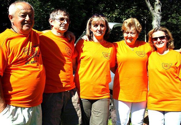 Pořadatelé 30. ročníku akce Rokycanskem na kole si oblékli stejná trička. Manželé Babičtí a Beránkovi i uprostřed stojící Monika Koudelková ´odbavili´ 215 jezdců. Byla mezi nimi Američanka a Francouz.