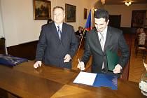 Tajemník Městského úřadu Rokycany Slavomír Špicl (vlevo) včera sledoval, jak Ekrem Yagci, původem z Turecka, podpisem stvrzuje přijetí českého státního občanství
