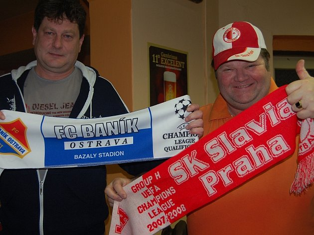 V pondělí večer zaplnili fotbalová fanoušci Slavie Praha i skupinka příznivců Baníku Ostrava restauraci na rokycanském zimním stadionu. Společné sledování atraktivního fotbalového duelu skončilo přátelsky.