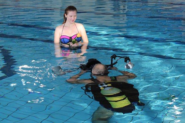 LOM SVĚTLA na hladině byl letošní soutěžní disciplinou mistrovství republiky ve fotografování pod vodou. Účastníci využívali různé pomůcky deštníky, květiny, láhve, ale viděli jsme i samopal.