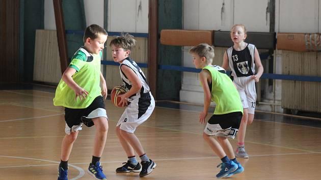 po triumfu v Plzni museli basketbalisté SKB Rokycany do 11 let (zelené rozlišováky) sklonit hlavy. V Jiráskově ulici nestačili dvakrát na vrstevníky TJ Přeštice.