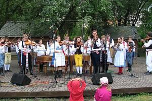 Rokycanské folkorní soubory Sluníčko a Rokytička získaly svým vystoupením srdce návštěvníků mezinárodního festivalu ve Strážnici. Lidová muzika Sluníčko ještě s Čečinkou a Friškou účinkovala také v úspěšném  pořadu Muzičky, jímž provázel Zdeněk Vejvoda.