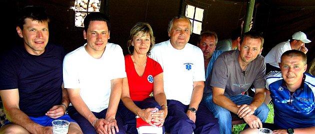 Deset týmů se zúčastnilo VI. ročníku Memoriálu Jindřicha Šmause. O jejich zdravotní schránku pečovali místní ´rychlí´zdravotníci pod taktovkou vedoucího lékaře Jiřího Klíra (čtvrtý zleva).