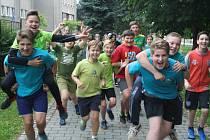 RADOST Z BĚHU měli včera kluci a holky ze Základní školy TGM Rokycany. Zajímavá výuka v podobě olympijských her se líbila také šesťákům (na snímku). Akci podpořila barevně laděná trička.