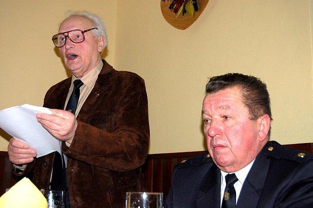 Ladislav Houba (vlevo) zhodnotil v sobotu činnost dobrovolných hasičů v Kařezu za rok 2011. Vedle něho je velitel Václav Hrabák.