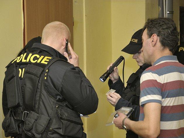 POLICISTÉ kontrolovali v úterý v podvečer, mimo jiné, i pravost dokladů zde ubytovaných. Ani v tomto případě však na žádné prohřešky ani falešnou identitu lustrovaných nenarazili.