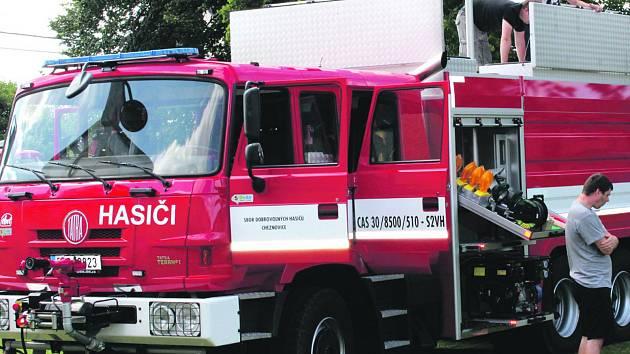 Cheznovičtí dobrovolní hasiči  oficiálně převzali nováčka do vozového parku Tatru CAS 30 se speciální výbavou v hodnotě sedm a půl milionu korun.