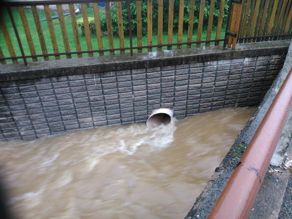 Mirošovským se protipovodňová opatření vyplatila. Potok zůstal v korytě.