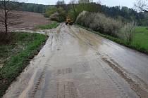 KOMUNIKACE nedaleko Třebnušky byla zaplavená bahnem z pole. Na něm byla podle informací Deníku vysetá kukuřice. Včera silničáři celé dopoledne uklízeli, aby místo opět zprůjezdnili.