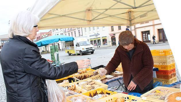 PŘEKVAPENÍM pro některé návštěvníky pravidelných úterních trhů na rokycanském náměstí byla včera skutečnost, že dostali po zaplacení k nákupu i stvrzenku z EET. Skutečností ovšem také je, že na ploše bylo stánků trhovců pomálu.