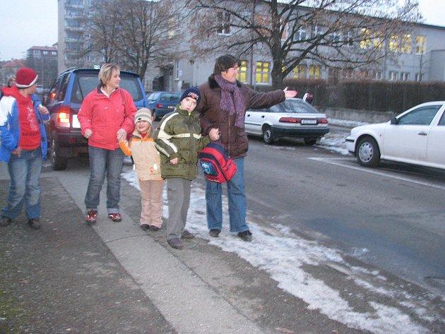Rodiče dětí, které navštěvují ZŠ Čechova 40, jsou nespokojení s počtem parkovacích míst. Dostat tělesně postiženého potomka do školy je pro ně problém.