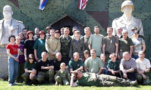 Vojenské Muzeum na demarkační linii v Rokycanech se neobejde bez  velkého množství dobrovolníků. Tento početný team připravil pro  tři tisícovky přihlížejících diváků v  sobotu velkolepou  zábavu.