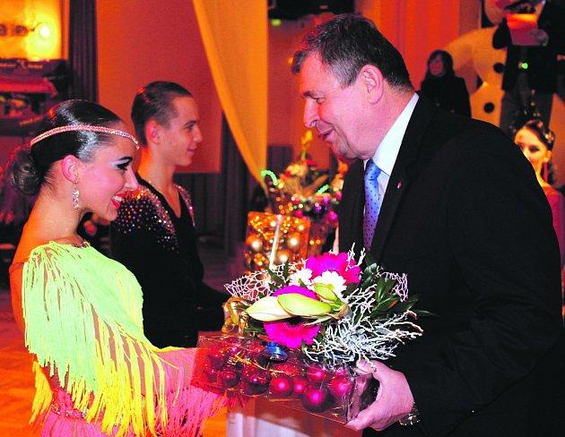 STAROSTA ROKYCAN Václav Kočí se podílel na předání cen při Vánoční ceně města ve společenském tanci. Na konci čtyřhodinového maratonu poblahopřál vítězům latinskoamerické kategorie ve třídě A Alexandru Kalistovi a Karolíně Kouřilové ze Zlína.