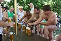 PATMATLON očekává od závodníků nejen zvládnutí triatlonu, ale i pěkné dávky piv.