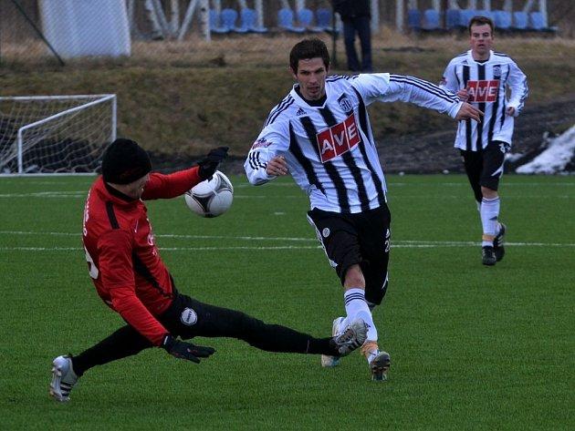 Petr Javorek si zahrál v Salcburku i na den nato na Složišti proti Táborsku (na snímku uniká Janu Šimákovi).