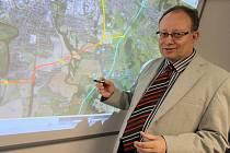 Zastupitel Stanislav Rataj ukazuje, kudy by mohl vést takzvaný Jižní okruh.