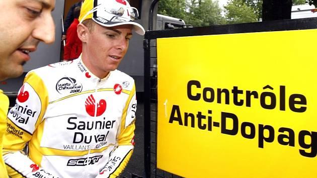 Italský cyklista Riccardo Ricco, vítěz dvou horských etap, měl pozitivní test na krevní doping EPO a na Tour končí. Roman Kreuziger se tak posunul na třetí místo mezi jezdci do pětadvaceti let.