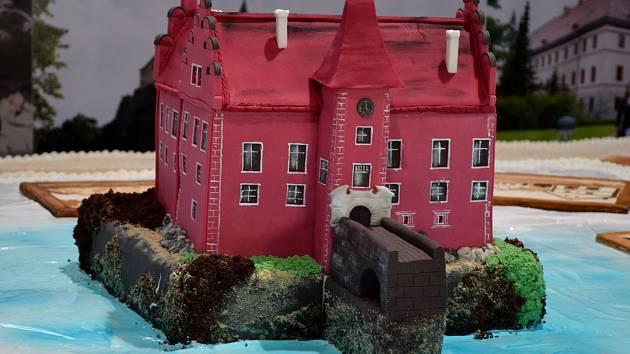Dort na Travelfestu na Výstavišti v Českých Budějovicích váží 1570 kilo a je na něm 21 obrazů jihočeských památek a maketa zámku Červená Lhota.