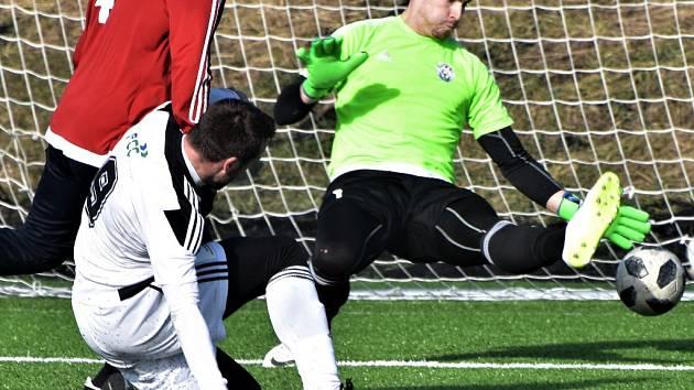 Ladislav Martan střílí v přípravě Dynamo - Velvary (2:0) první gól vítězů.