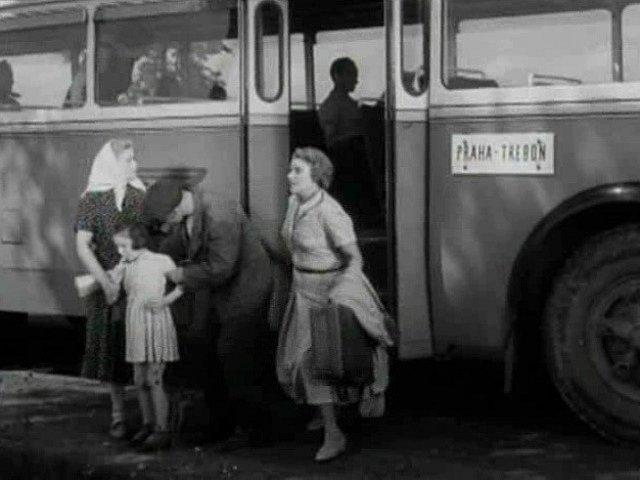 Autobus Praha – Třeboň zastavil a uvědomělá brigádnice z něho srdnatě vystupuje.