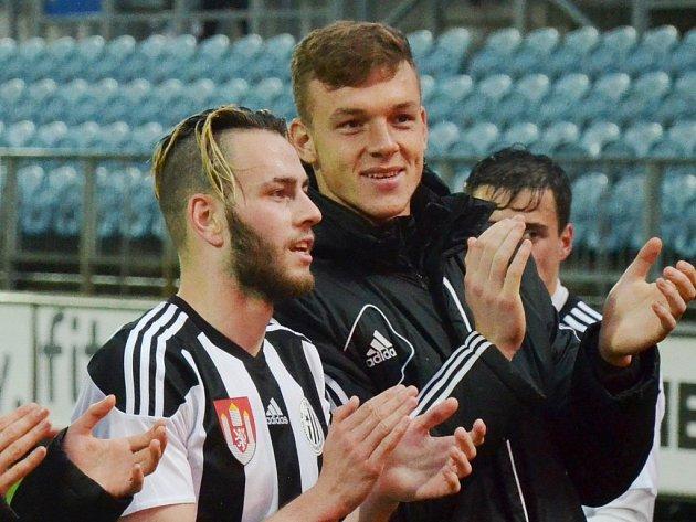 Kamil Hajdušek spolu s Romanem Wermkem po zápase zdraví fanoušky.