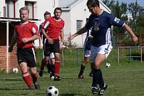 V okrese pokračovala 5. kolem i III. třída mužů. Akra porazila Nové Hodějovice 3:1,  na snímku jsou hostující Lojka (vlevo v červeném dresu) a Martin Horčička z Akry ČB.