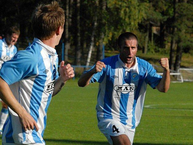Stanislav Rožboud běží s gratulací k Martinu Jasanskému, jenž dal v zápase se Zlínem oba góly S. Ústí.