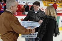 Před druhým duelem s Kladnem předal člen představenstva HC Mountfield František Lošek šek na 43000 korun zástupcům oddělení dětské onkologie při nemocnici v Č. Budějovicích.