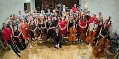 """To jsou oni. """"Orchestr pravidelně zkouší každý čtvrtek od 17.45 do 20.30 v nové aule pedagogické fakulty, katedry hudební výchovy Dukelská. Jste vítáni,"""" zve Jan Meisl a David Přibyl."""