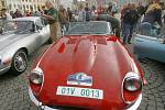 Ojedinělou podívanou poskytla v sobotu dopoledne návštěvníkům českobudějovického náměstí spanilá jízda starých anglických sportovních automobilů.
