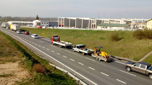 Na mostě přes Vltavu poblíž Plané je možný průjezd jen kyvadlově, proto musejí řidiči počítat se zdržením. Akce ŘSD má ale skončit do středy.